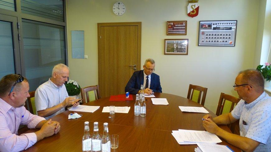Zdjęcie z podpisania umowy. Pierwszy od lewej wykonawca zadania - Tomasz Kapcia, trzeci od lewej burmistrz Zwolenia Arkadiusz Sulima.