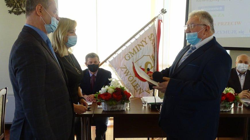 Mirosław Walewski z rąk Lucyny Czerwińskiej Przewodniczącej Miejskiej Komisji Wyborczej otrzymał zaświadczenie o wyborze. Następnie  złożył uroczyste ślubowanie.